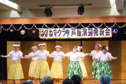 華やかな衣装で踊るハワイアン