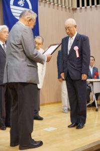 会長より表彰状が贈られた