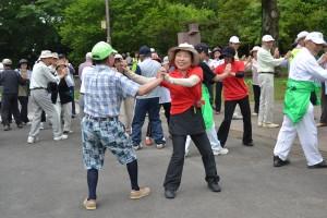 先生を中心にみんなでダンス!