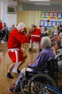 介護老人保健施設 松恒園でひょっとこ踊りを披露