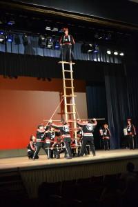 門司消防団の女性団員による「はしごのり」