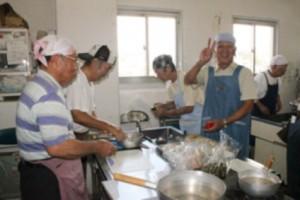 男性の料理教室(首里支部) 料理も楽しく取り組みます