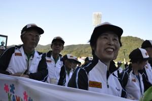 川崎市選手団 観客席へ笑顔のアピールも忘れません