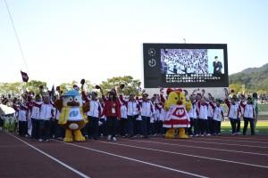 長崎県選手団 来年の開催地、マスコットキャラクターのがんばくんとらんばちゃんと一緒に