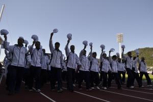 福岡市選手団 キャップを手に胸を張って行進
