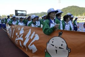 浜松市選手団 うなりくんが描かれた横断幕を持って凛々しく入場
