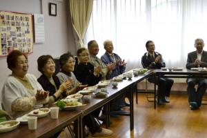 食事の前に学生の皆さんの歌の披露に手拍子