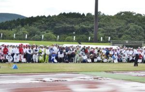 選手の熱視線を受けて田上市長の始球式