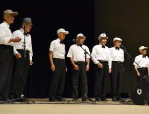 茶目っ気のある曲には帽子で少年らしさを演出