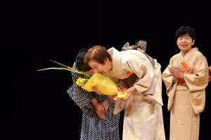 ご高齢の演者に贈られた花束 いつまでもお元気で!