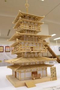 木工細工の五重塔 よく見ると屋根にこまかく写経がしてあります