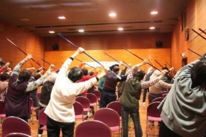 会長からのあいさつののち、本筒と言われる吹き矢の用具で準備体操が行われました。