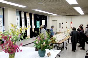 第二会場は書、生け花、俳句と厳かな作品を展示